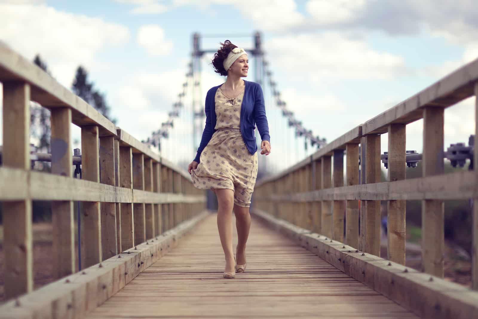 la femme pose le pont