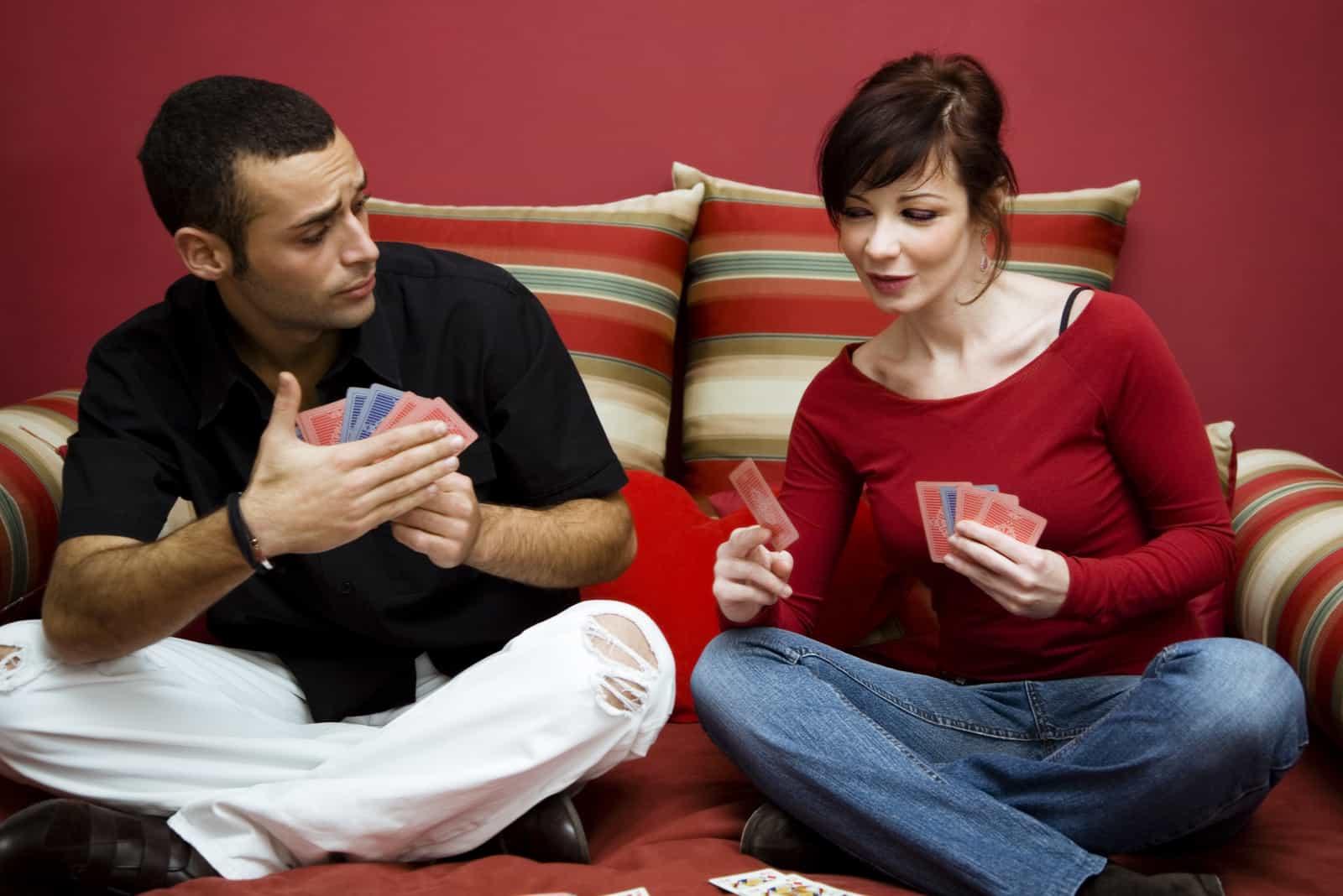 la femme regarde les cartes à l'homme