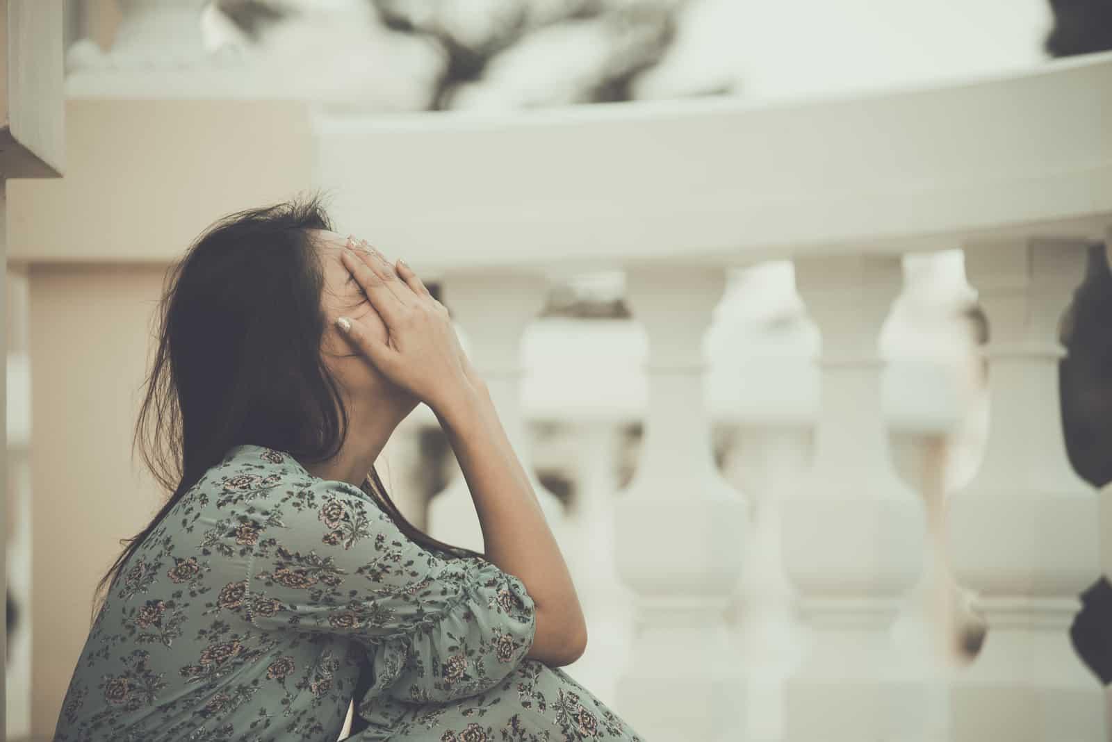 la femme s'assied et pleure