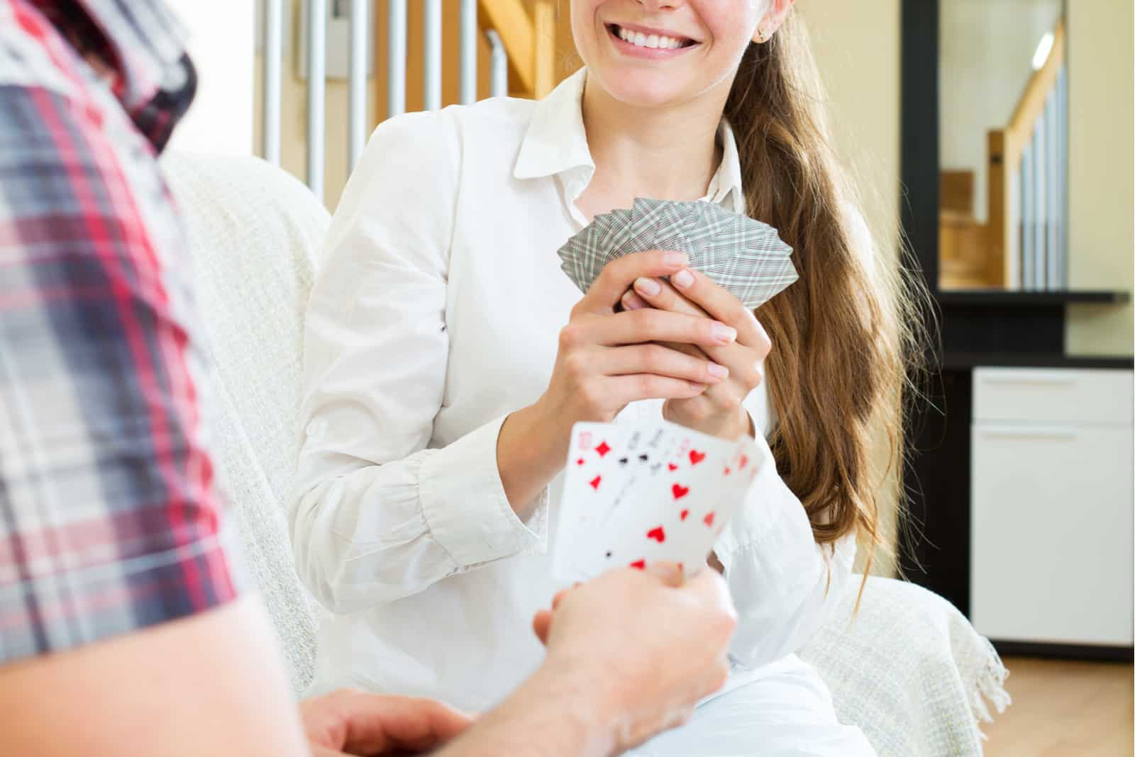 la femme tient les cartes dans sa main et rit