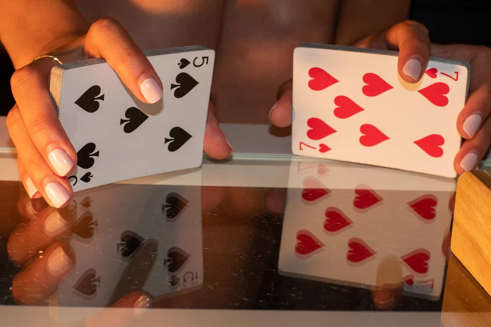 la femme tient les cartes dans sa main