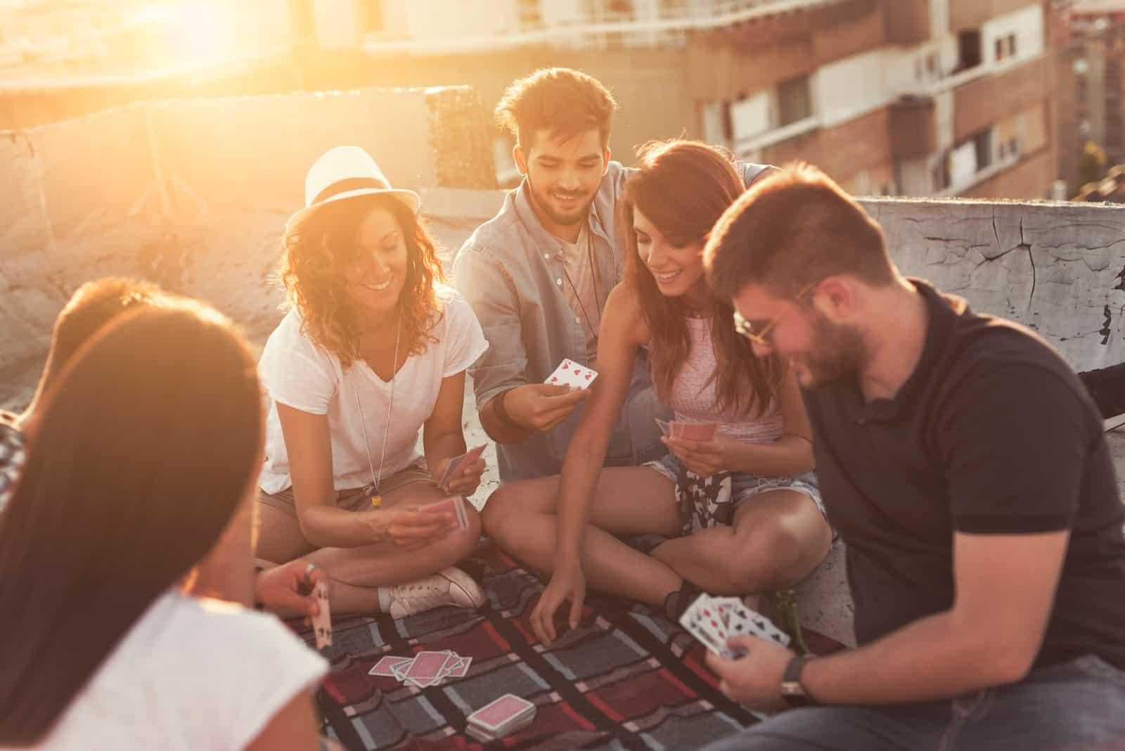 les amis s'assoient et jouent aux cartes