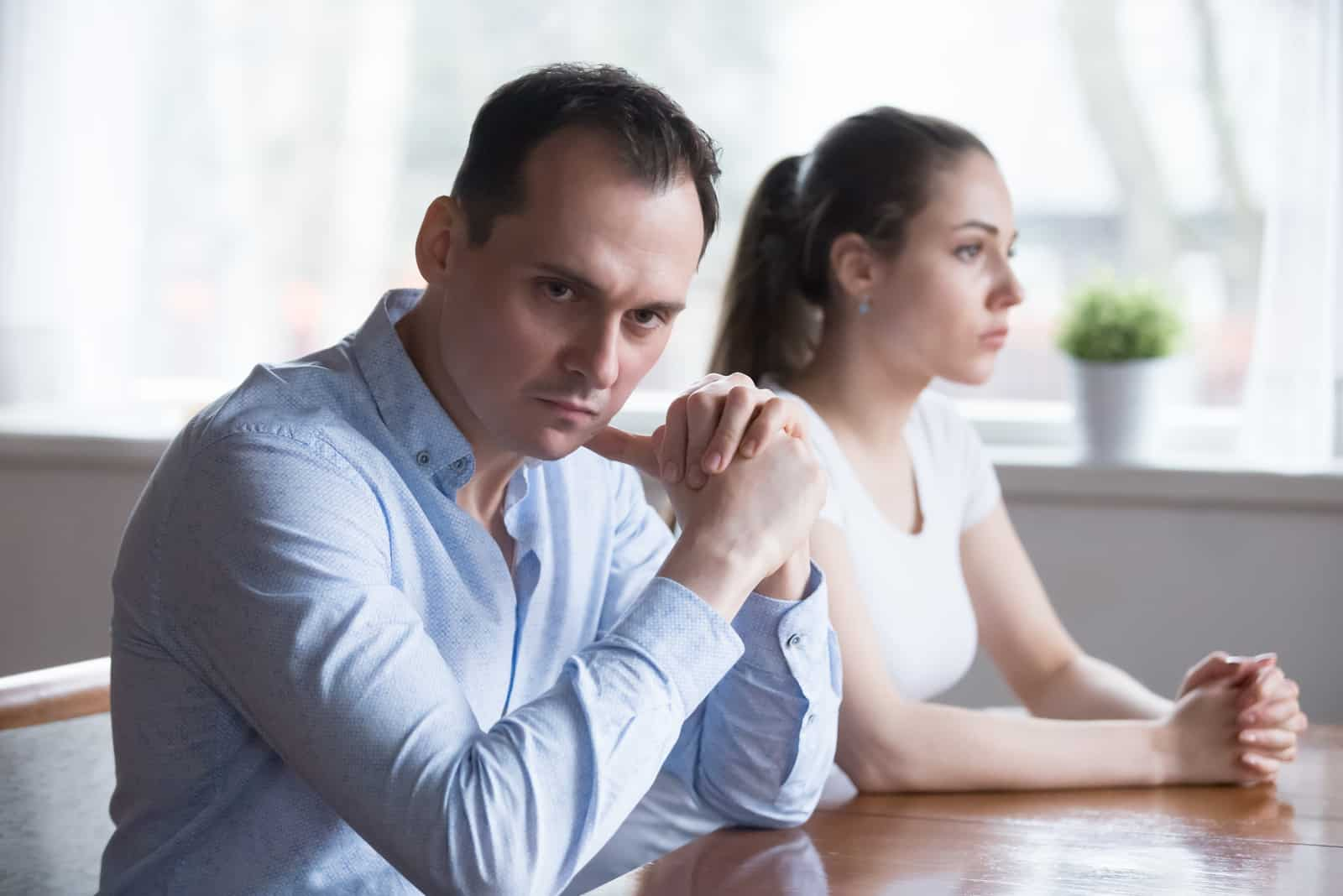 l'homme en colère contre la femme détourna la tête d'elle