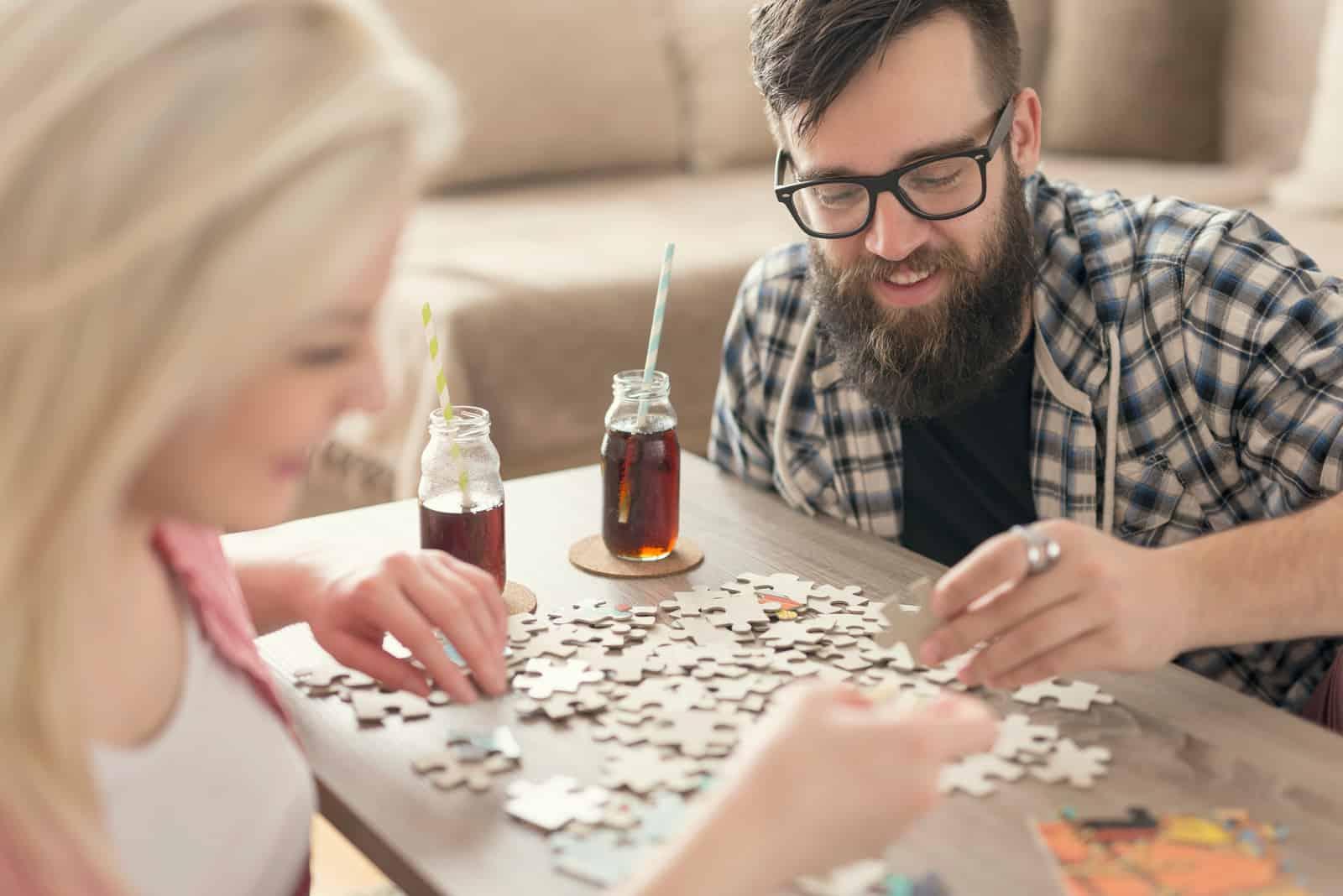 l'homme et la femme à table ont rassemblé les énigmes