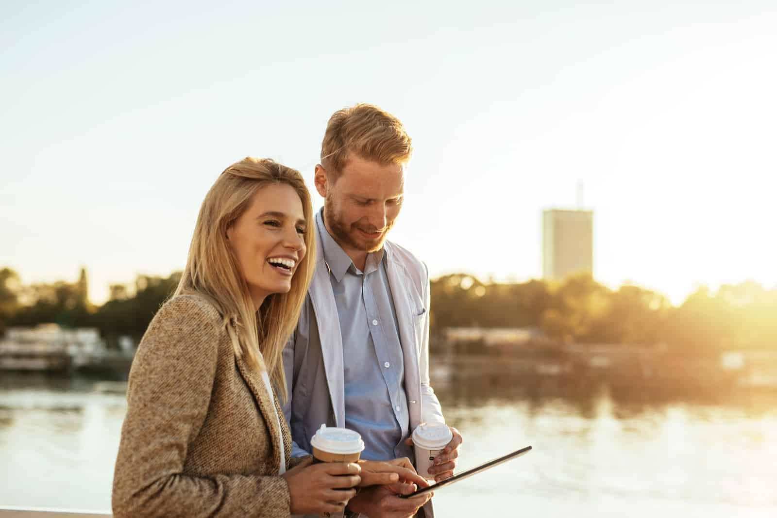 l'homme et la femme marchent et rient