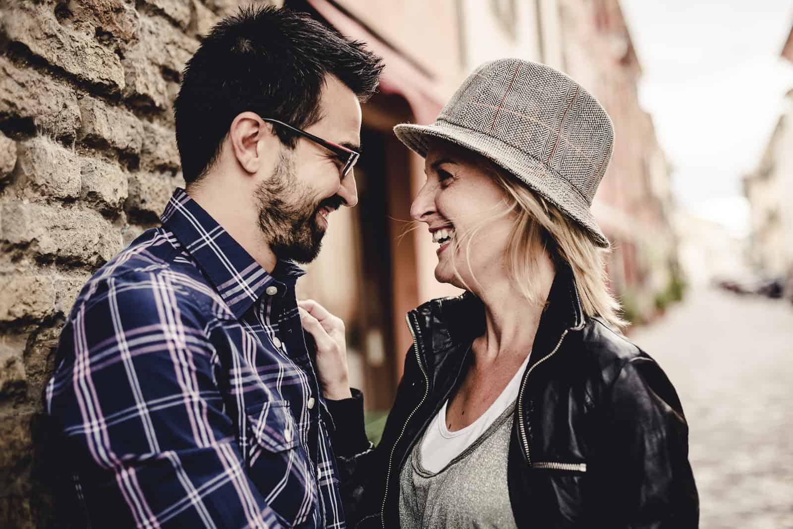 l'homme et la femme se regardent et rient