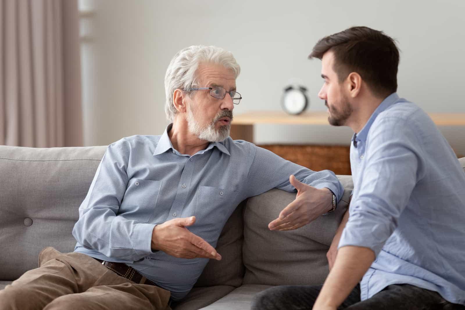 l'homme parle à son père