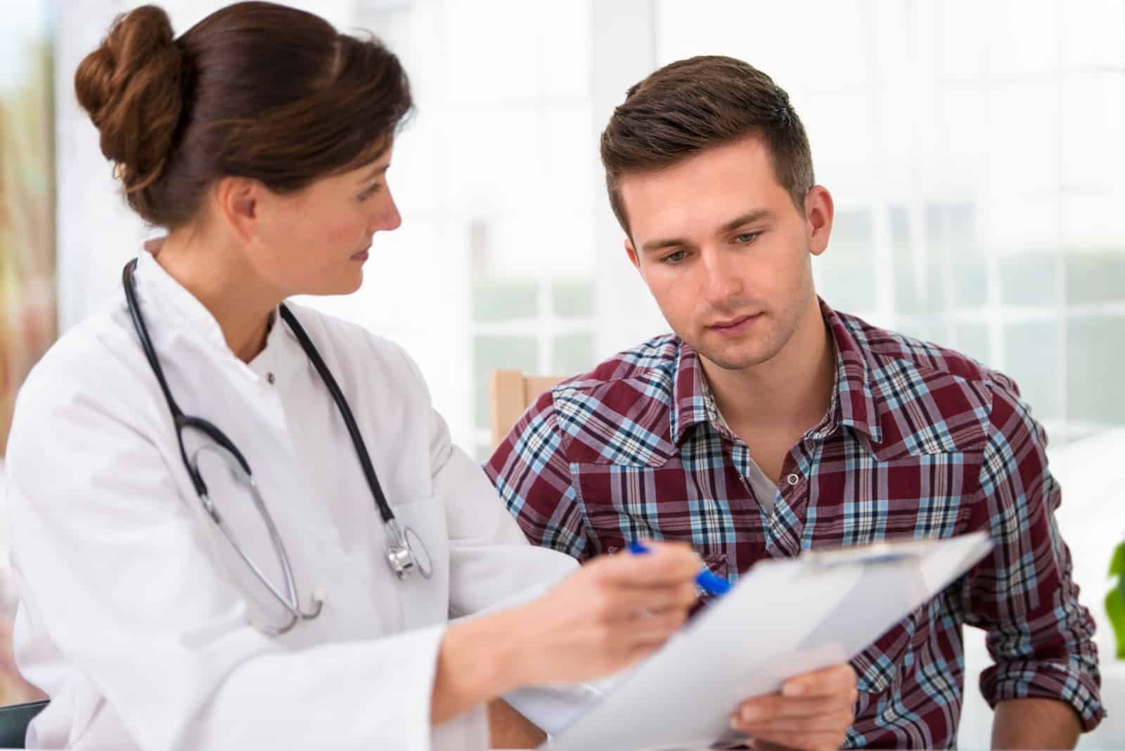 l'homme parle au médecin