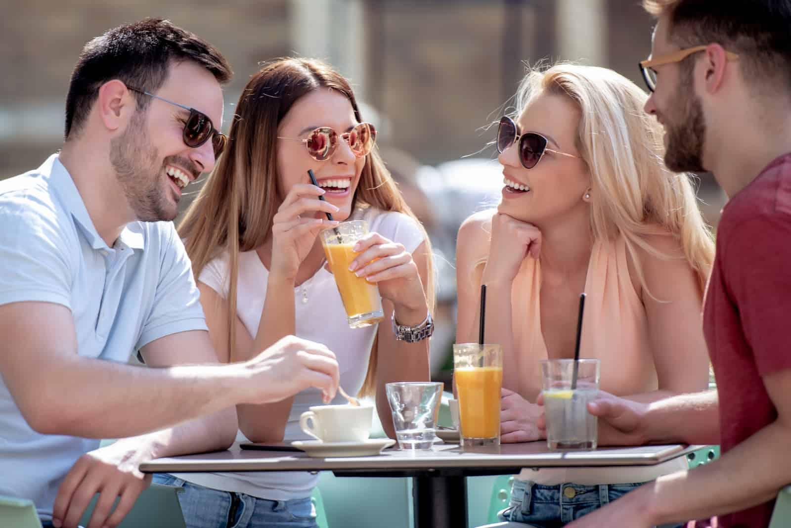 quatre amis samusant dans un café ensemble