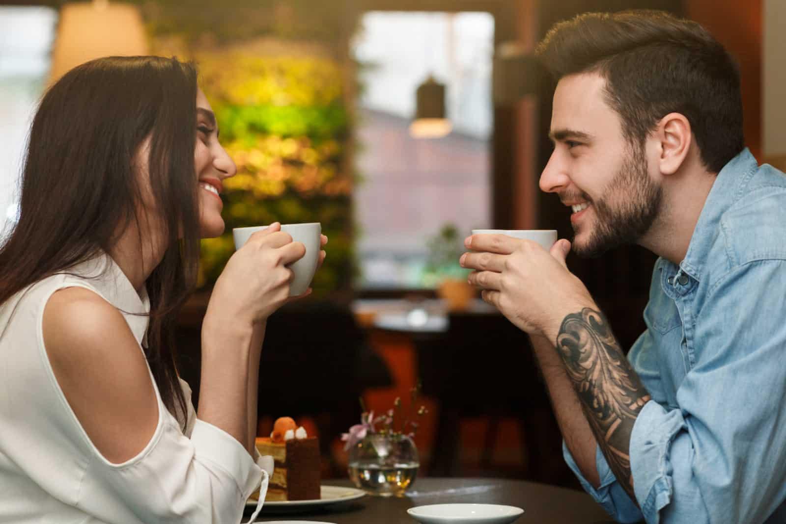 sourire, jeune couple, ensemble, dans, a, café