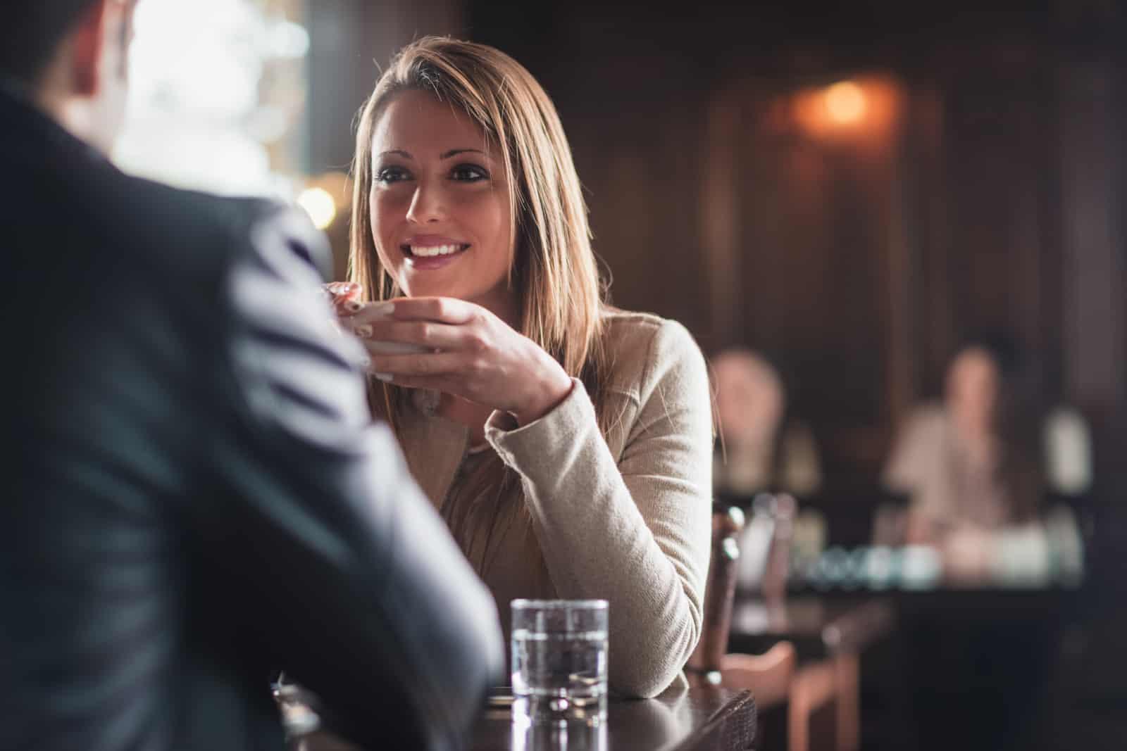 un couple buvant du café dans un bar