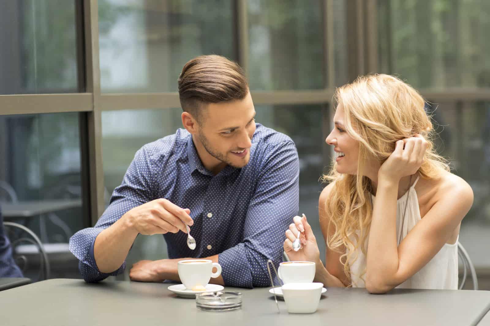 un couple buvant du café lors d'une réunion