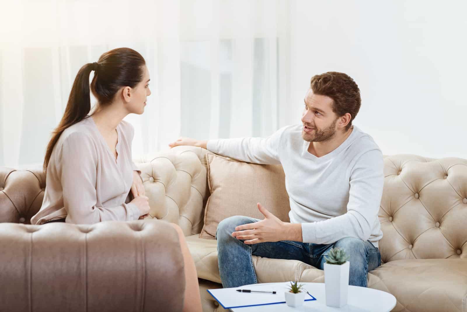 un couple qui parle dans le salon