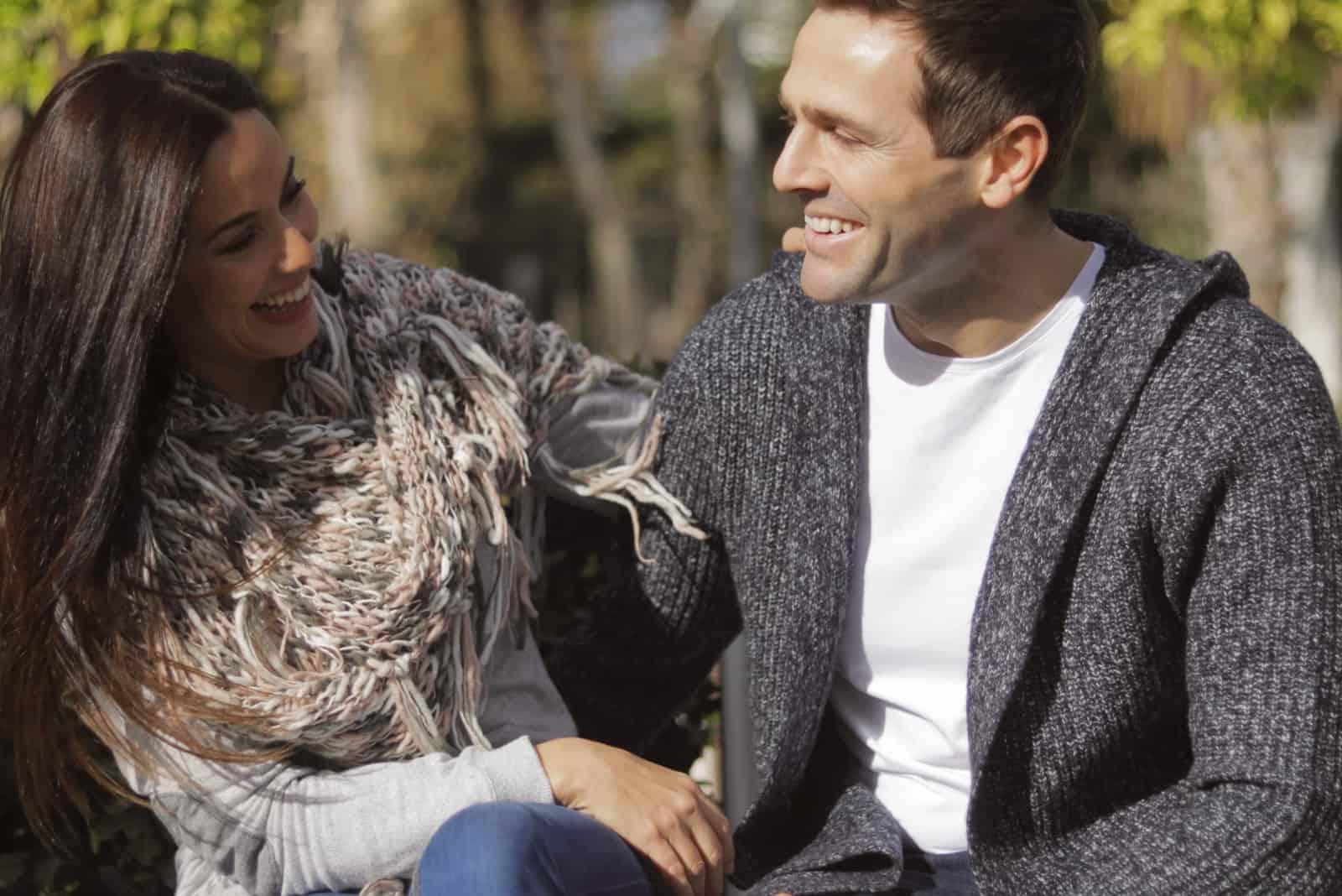 un couple sur un banc de parc