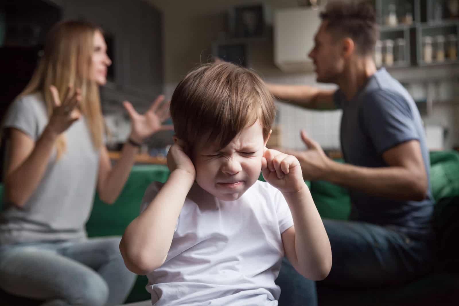 un garçon qui pleure parce que ses parents se disputent