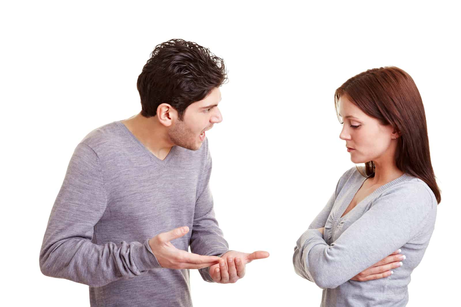 un homme crie après une femme