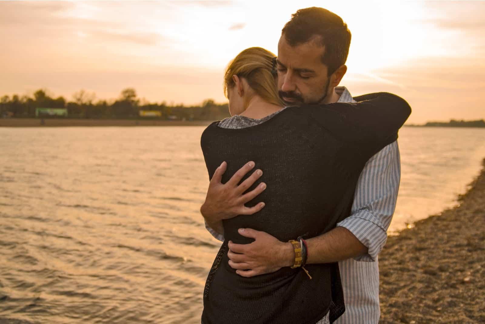 un homme et une femme embrassant sur la plage
