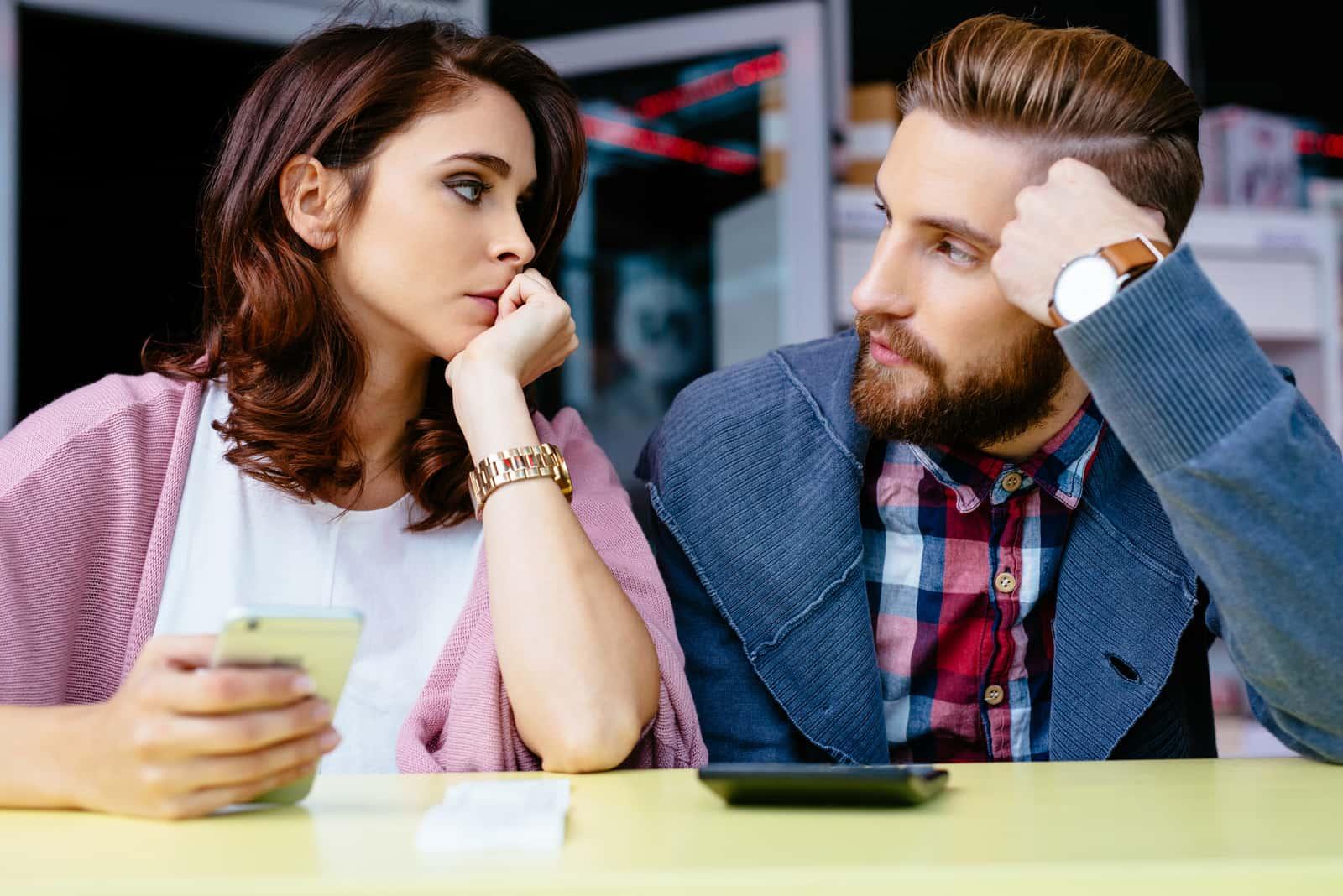 un homme et une femme se regardent