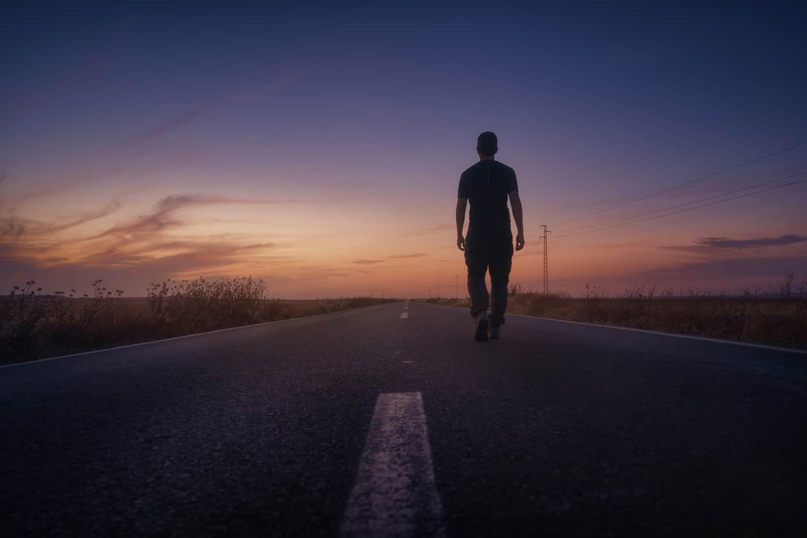 un homme marche dans la rue le dos tourné