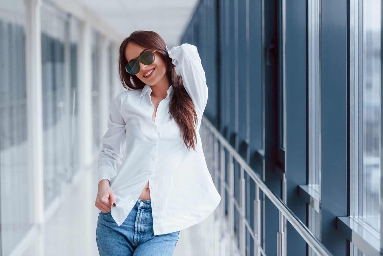 une femme aux longs cheveux bruns avec des lunettes sur la tête