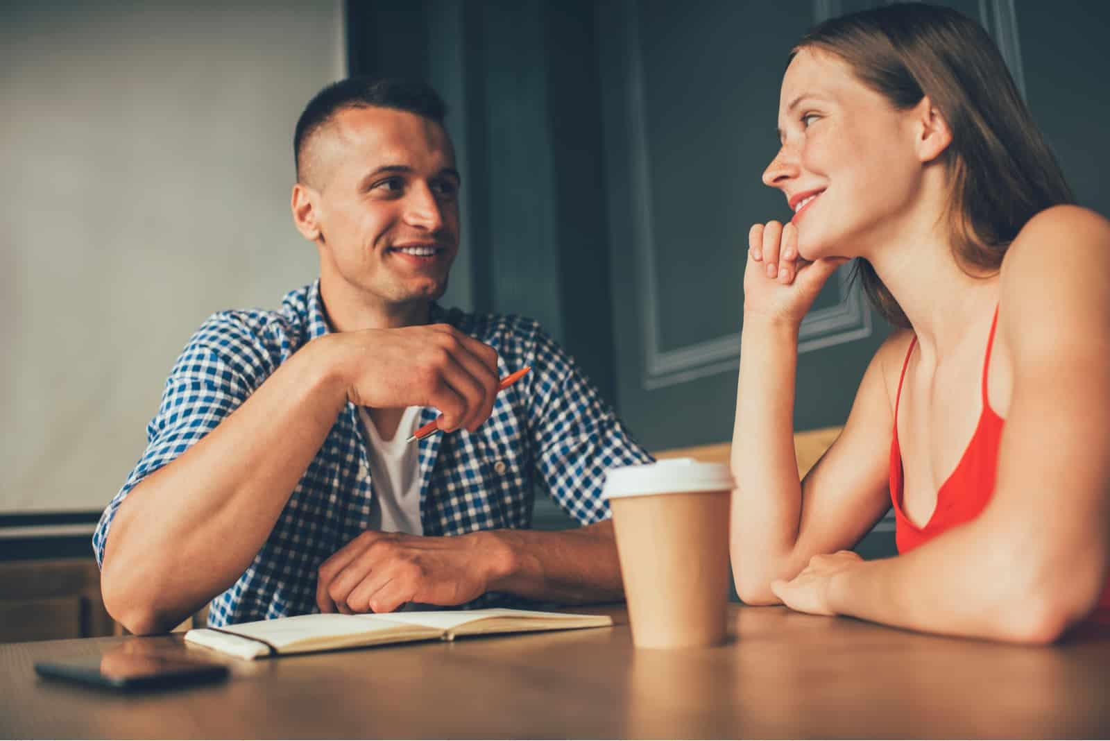 une femme imaginaire assise avec un homme