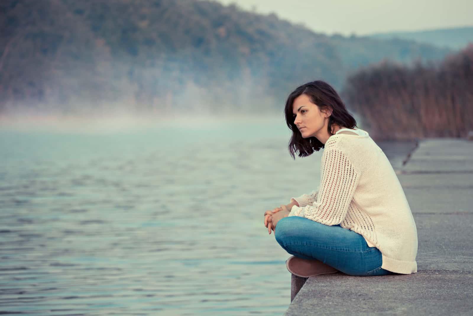 une femme imaginaire est assise à côté de la jetée