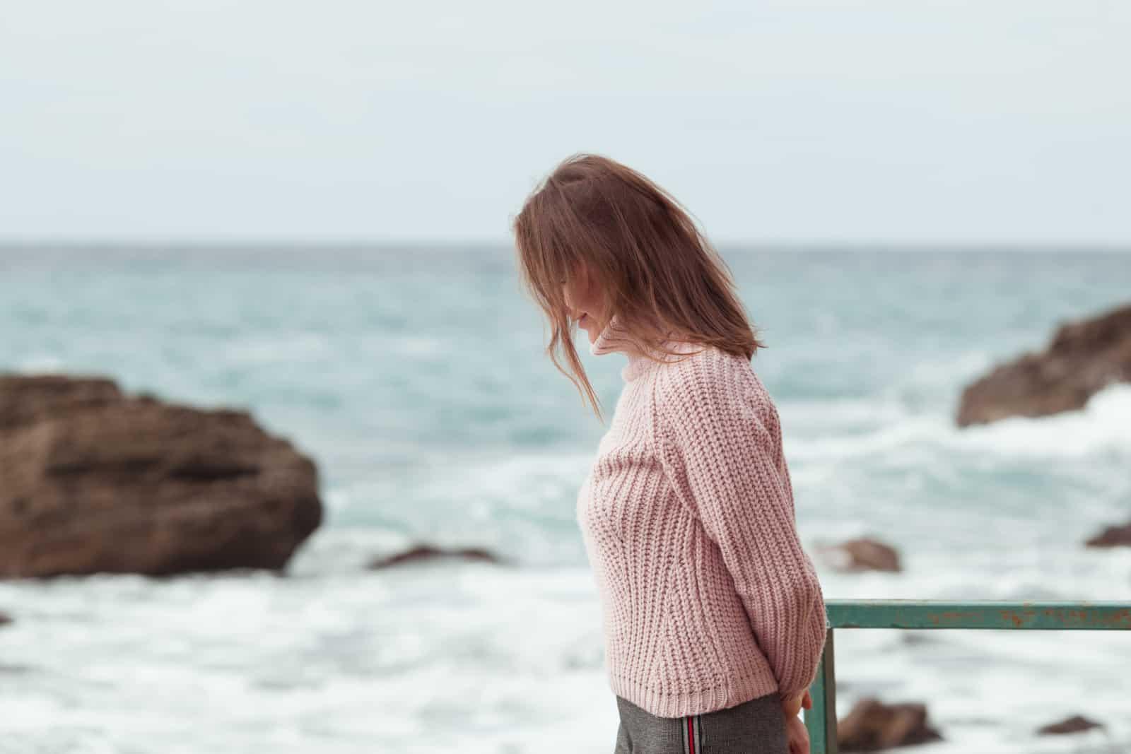 une femme marchant seule au bord de la mer