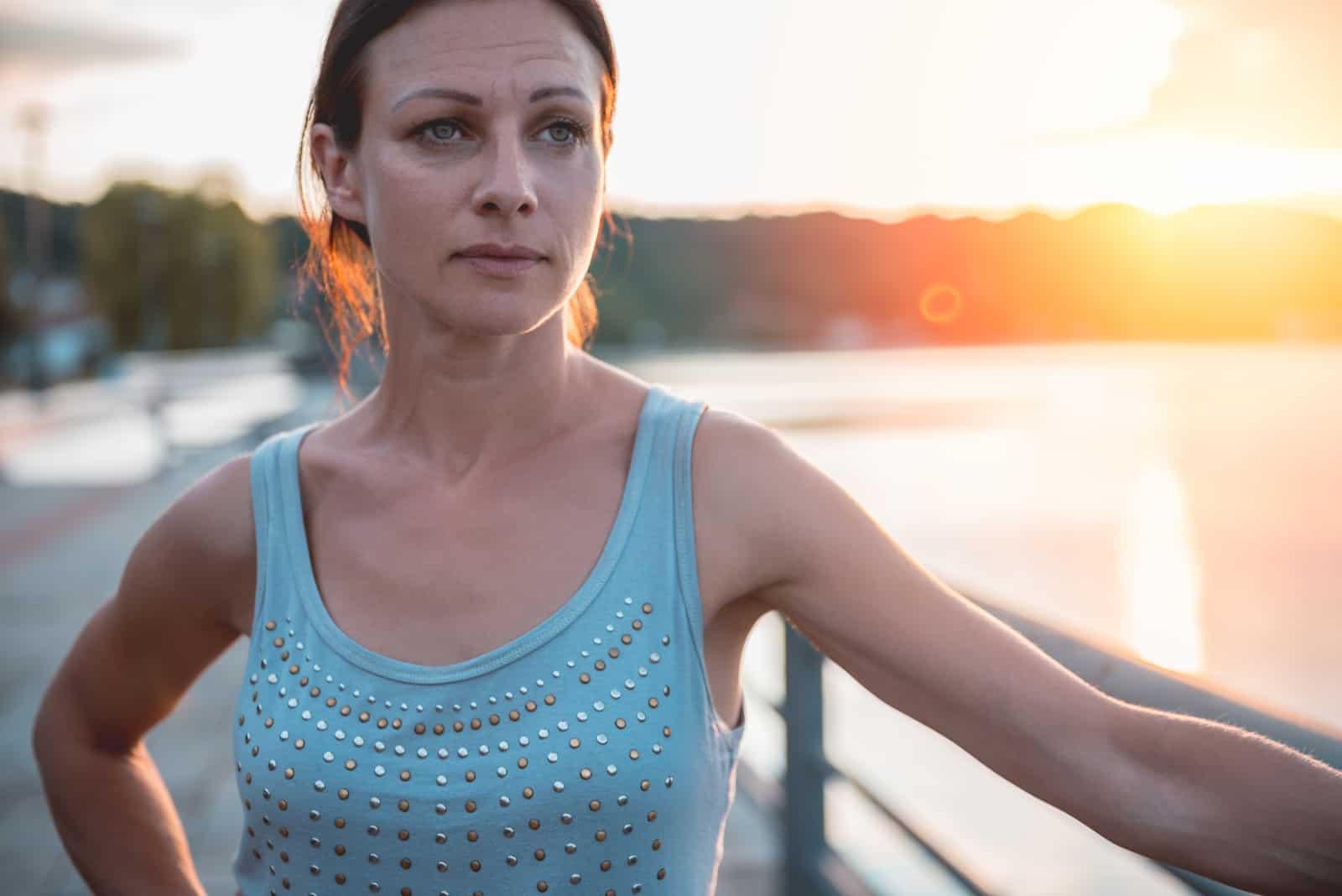 une femme se tient près du pont