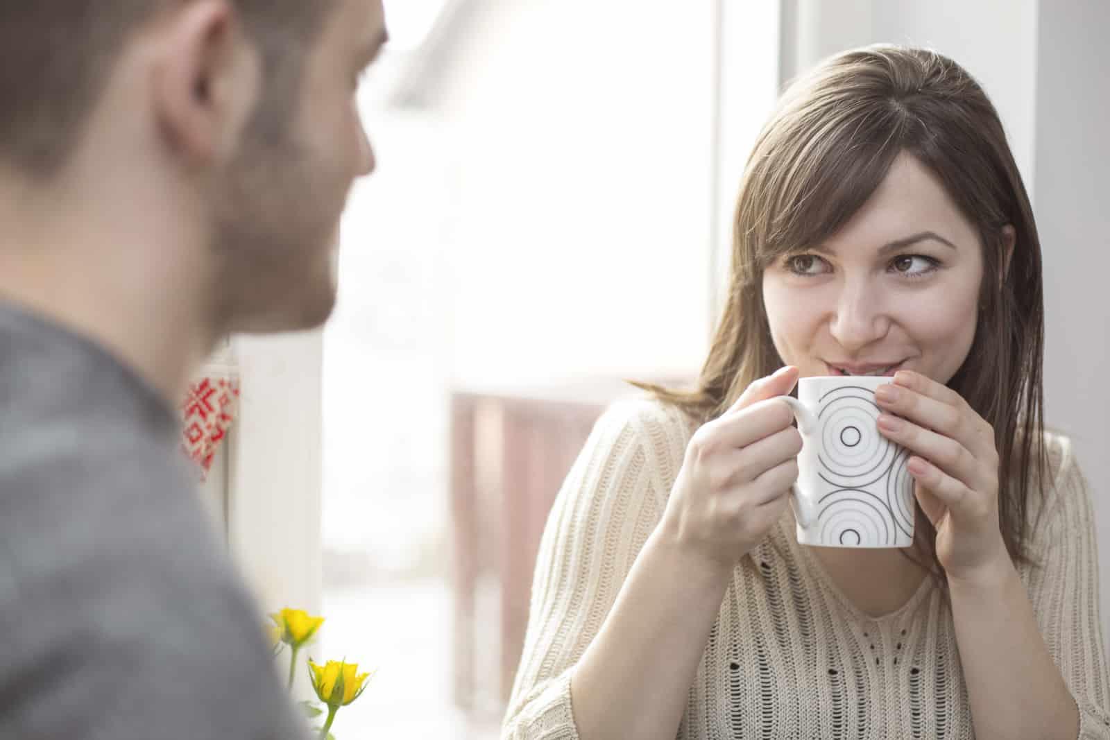 une fille souriante regarde un homme