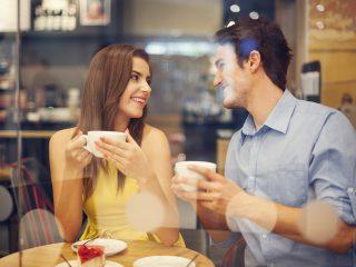 un couple amoureux buvant du café dans un café