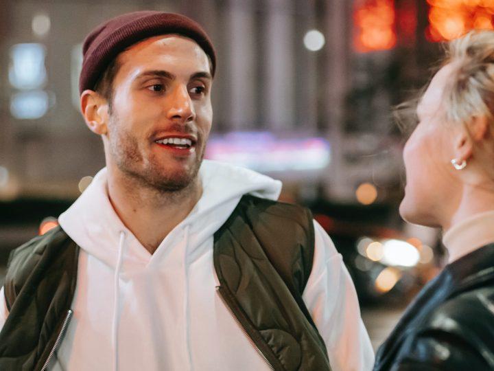 un homme gai debout avec une femme dans la rue