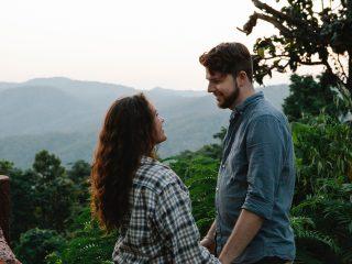 couple amoureux se tenant la main dans le bois