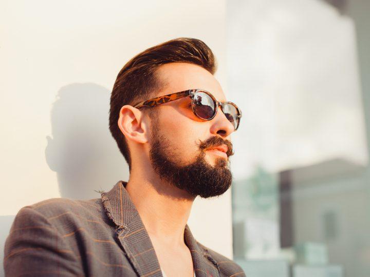 bel homme barbu avec des lunettes de soleil