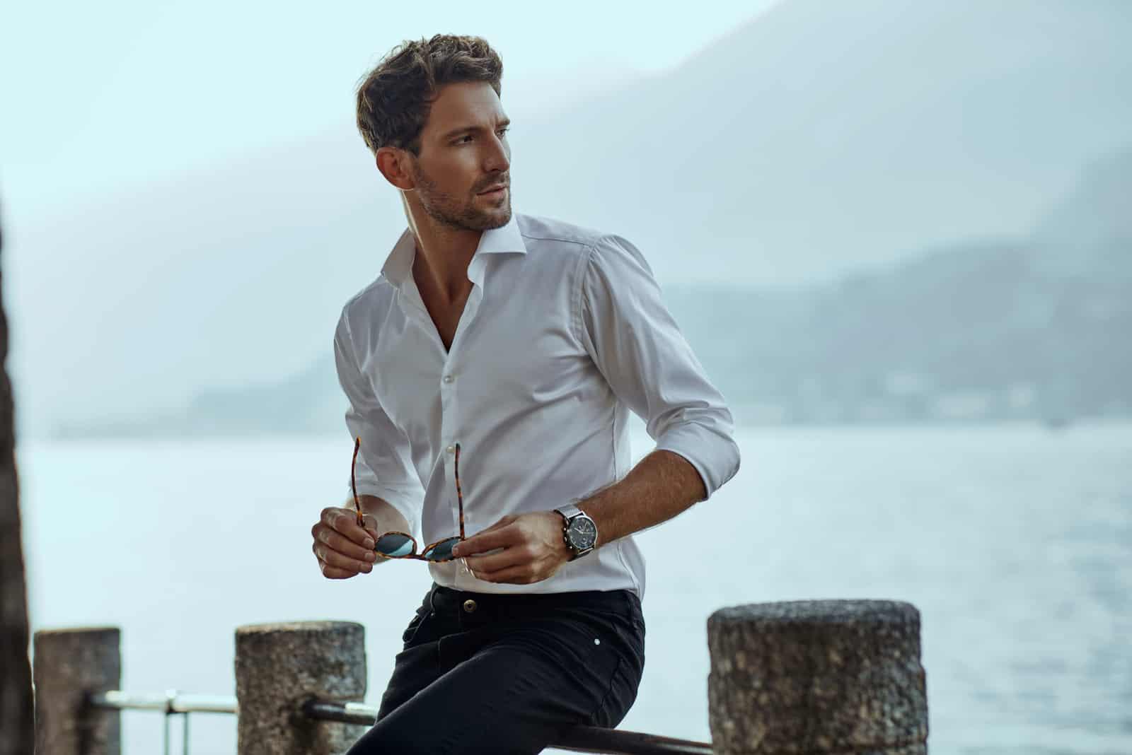 Homme élégant en chemise classique blanche