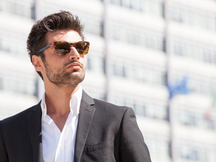 homme portant des lunettes de soleil à l'extérieur