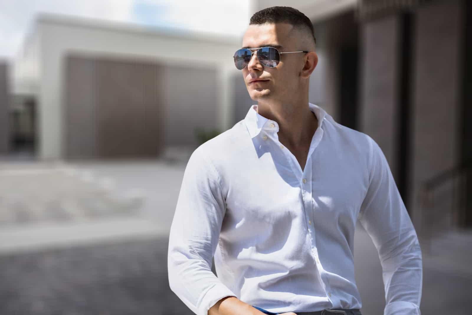beau jeune homme avec des lunettes de soleil