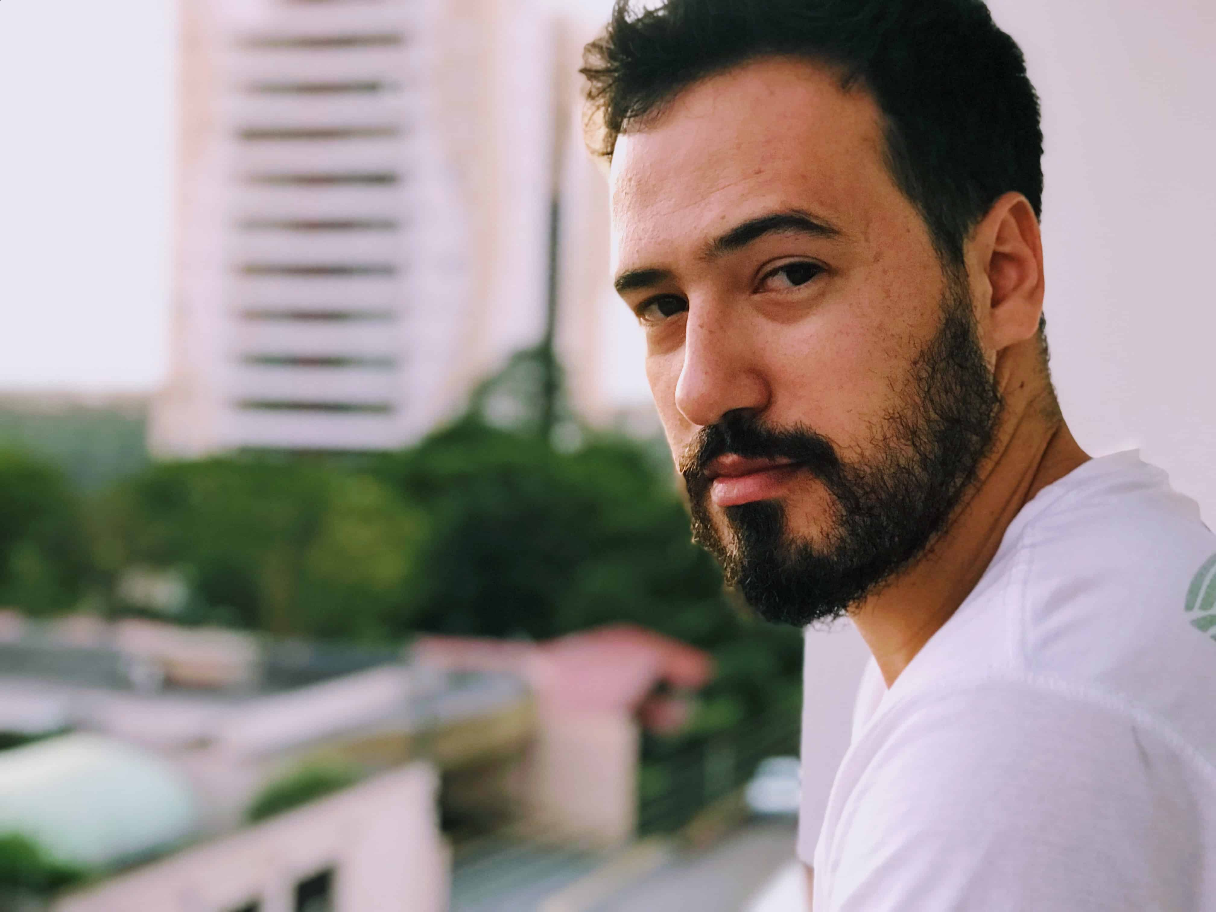 bel homme barbu debout sur le balcon