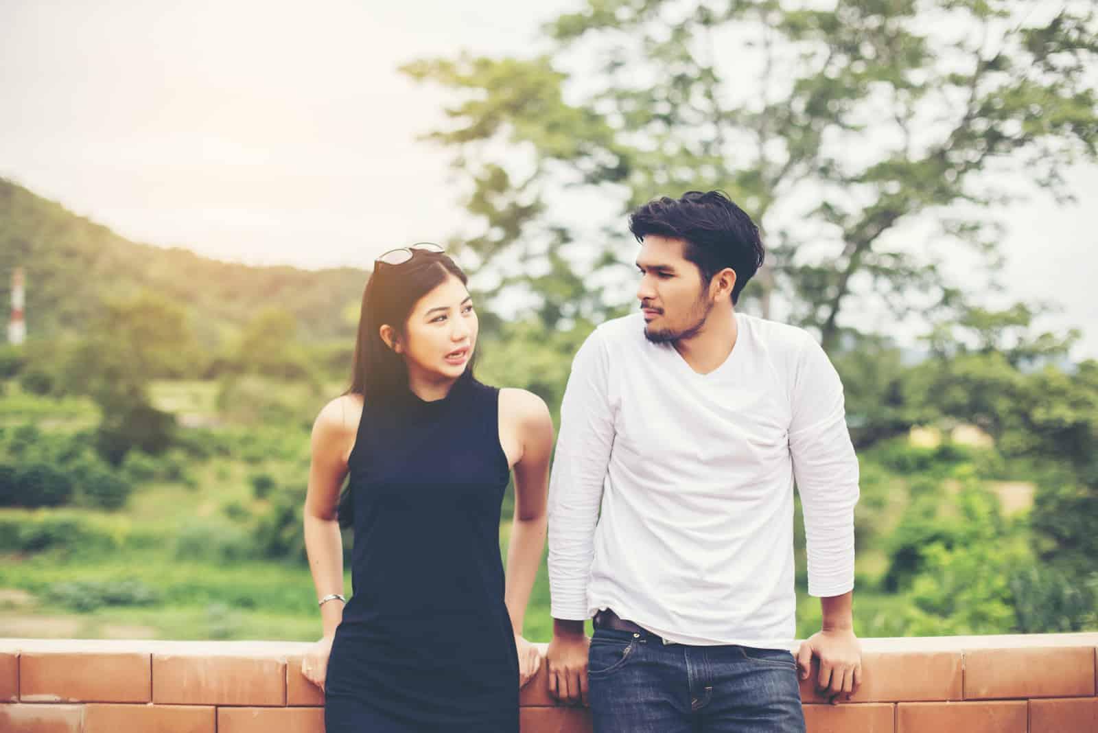 couple parlant en plein air