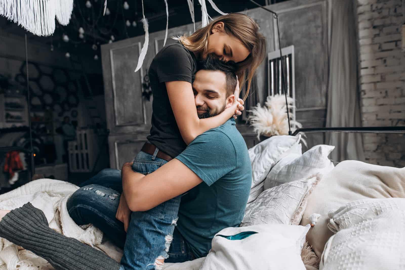 couple s'embrassent sur le lit