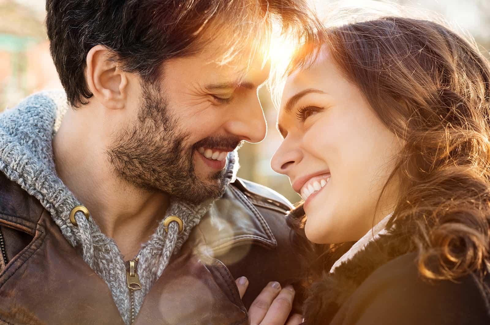 couple souriant en se regardant tout en se câlinant