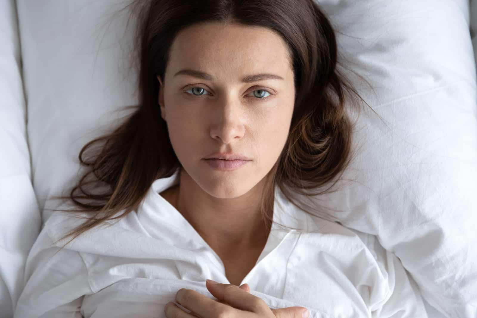 déprimé bouleversé jeune femme mensonge lit