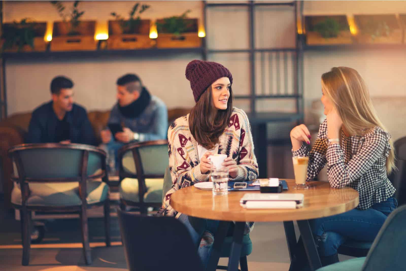 deux femmes se rencontrent au bar pour un cappuccino