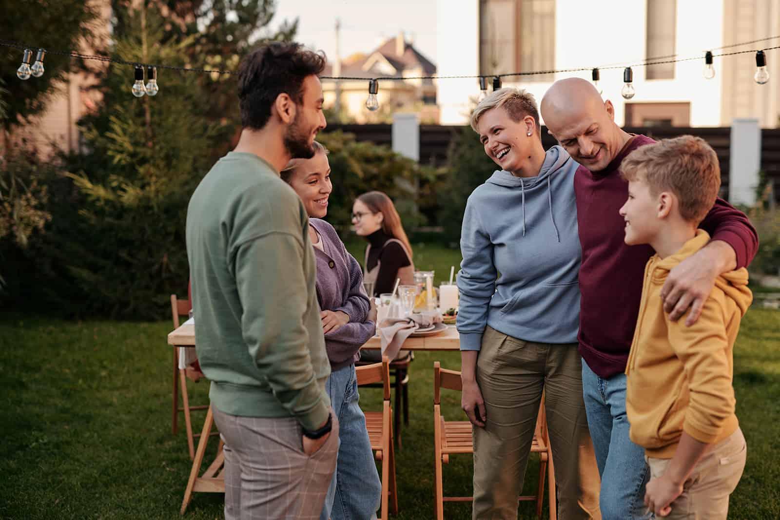 famille s'amuser ensemble tout en se réunissant dans une arrière-cour