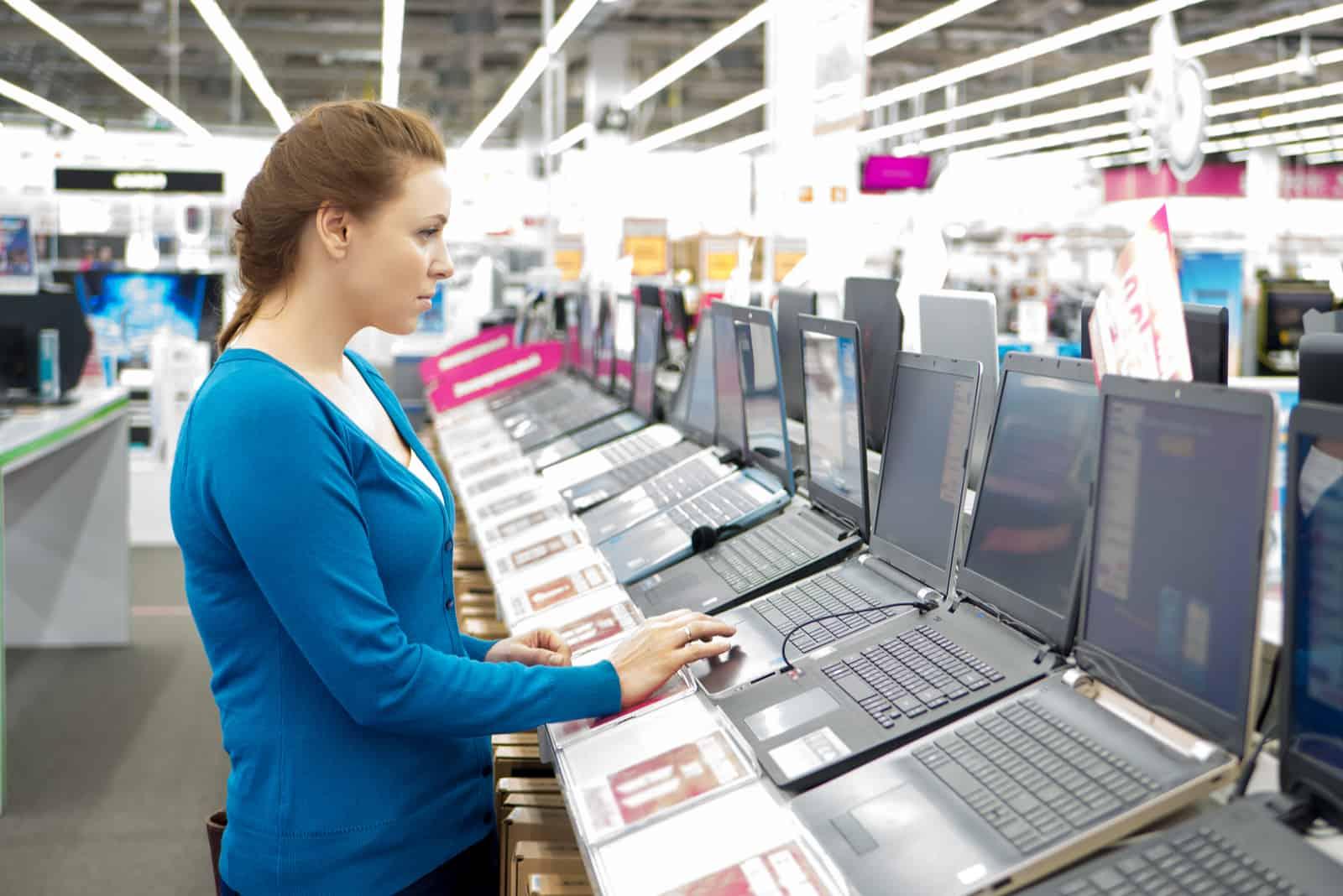 femme achetant un ordinateur portable en magasin