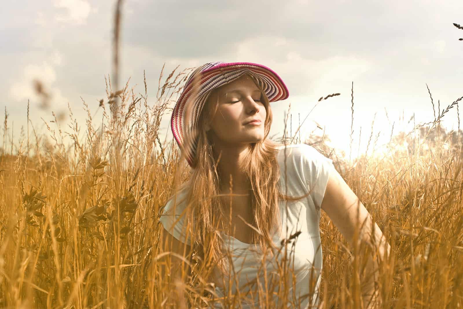 femme assise sur le terrain avec les yeux fermés