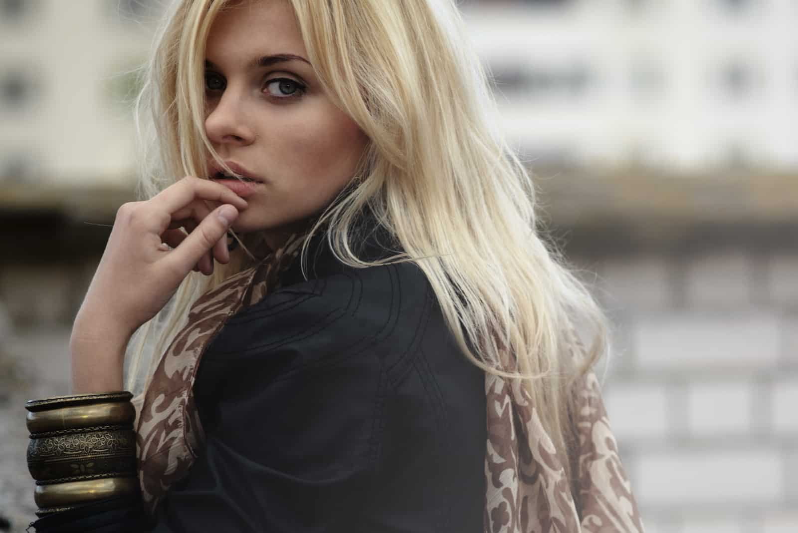 femme blonde en plein air dans la rue