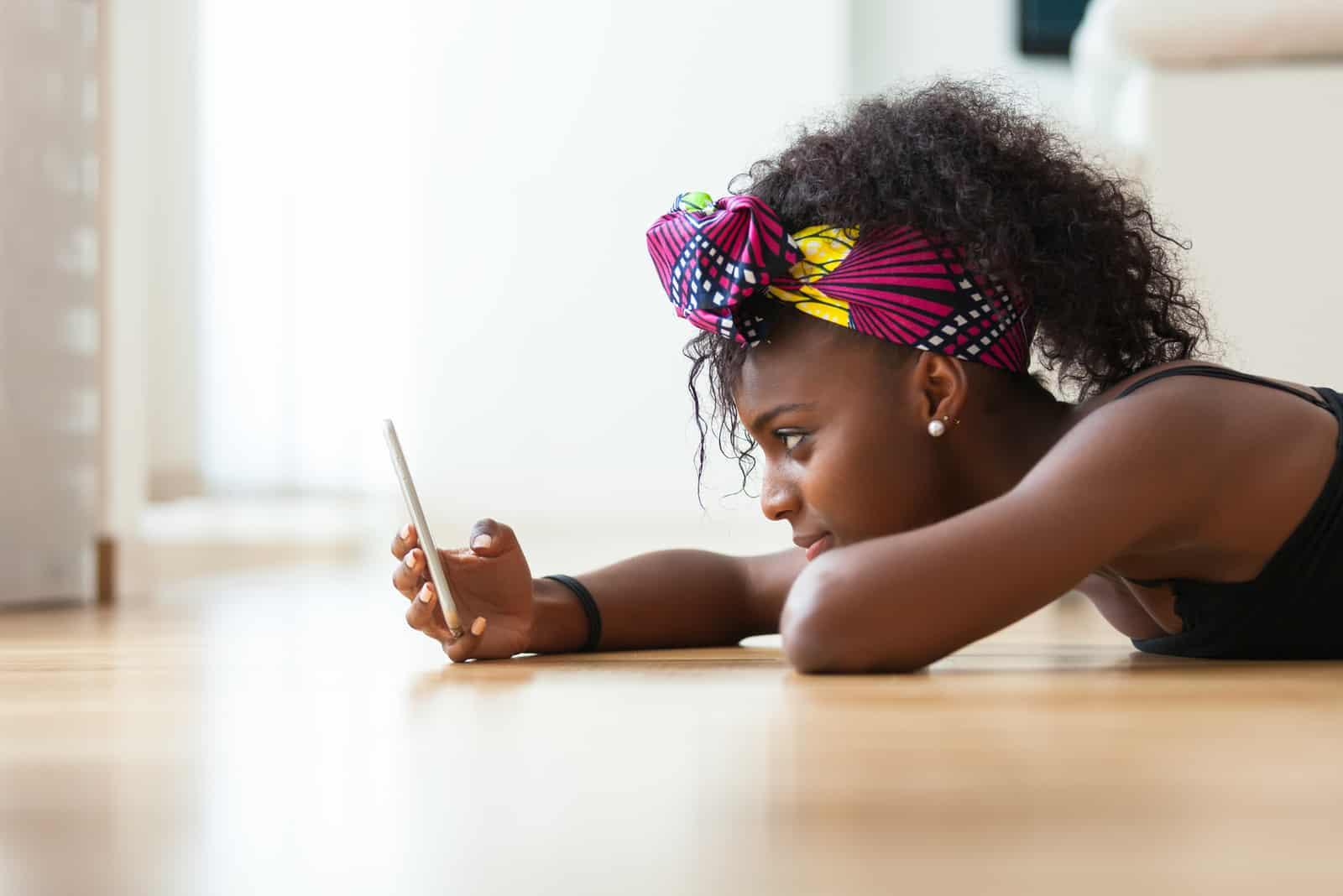 femme envoyant un message texte sur un téléphone mobile