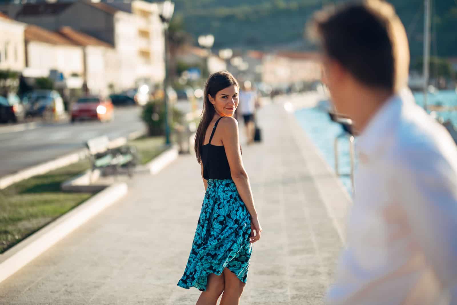 femme flirter avec un homme dans la rue
