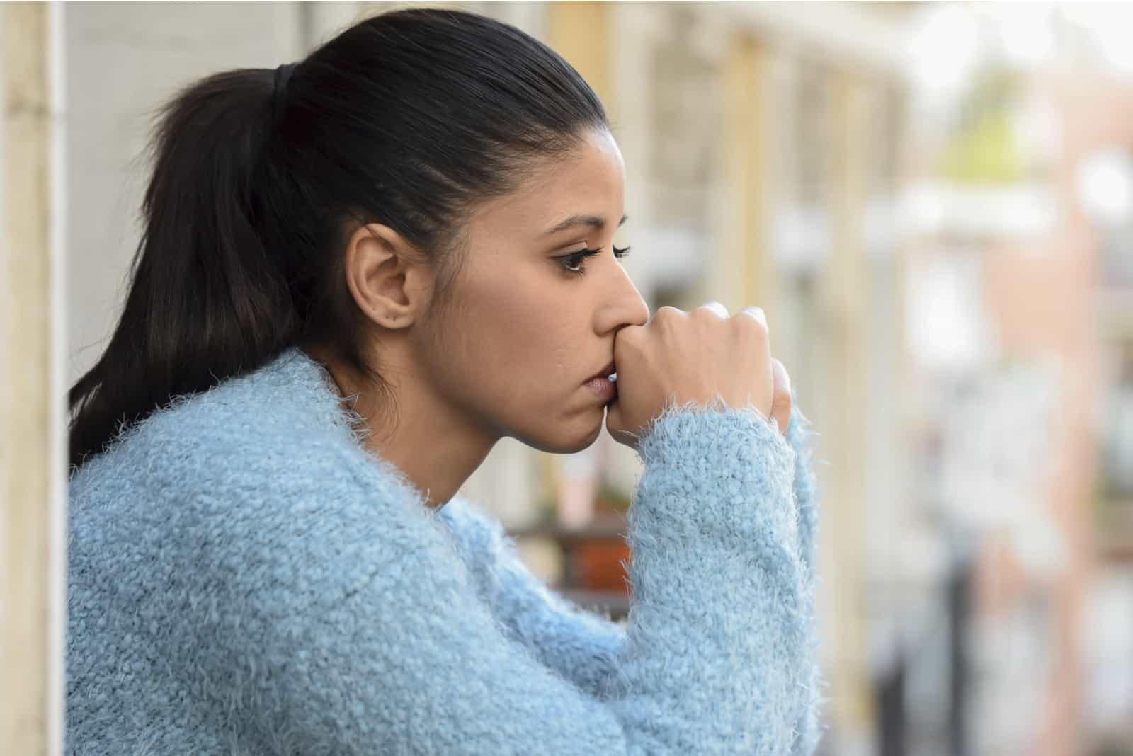 femme inquiète pensive au balcon