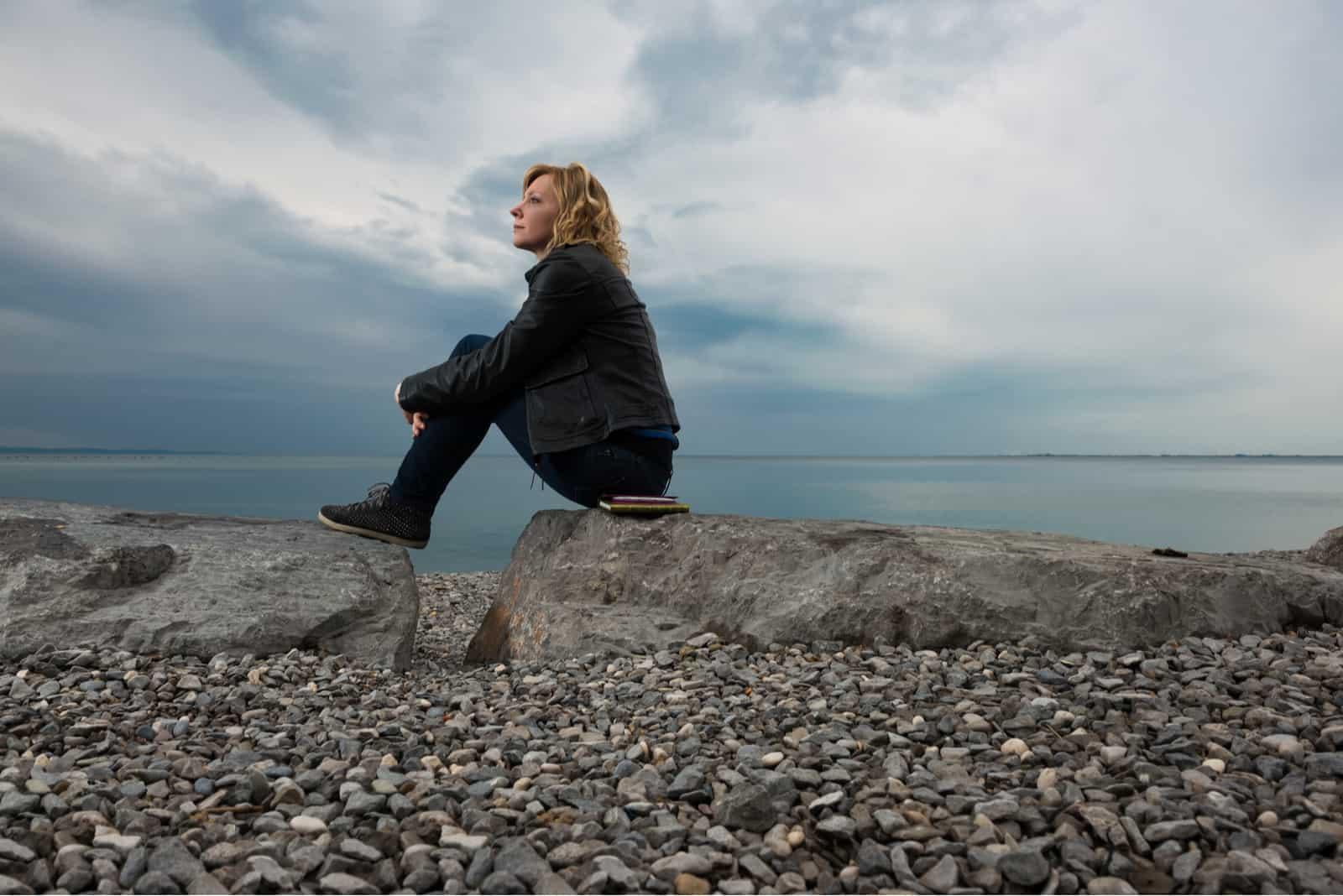 femme rêvant sur la plage